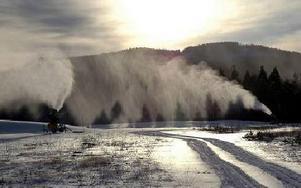 Snöfabriken i Oxberg invigdes i december. När alla snökanoner går för fullt, under optimala förhållanden, tillverkas 100,,000 kubikmeter konstsnö i månaden.FOTO: ARKIV