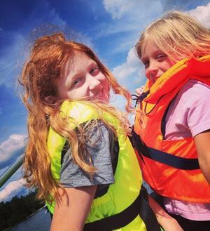 Glada tjejer i flytväst. Foto Caisa Sundqvist