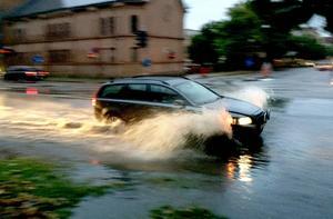 Kraftigt regn kommer att falla under torsdagen och även fortsätta under delar av fredagen. Men helgen blir bättre.