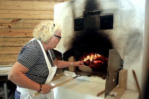 Det är en speciell teknik att baka bröd i en gammal bagarstuga, och bagerskorna håller fortfarande på att lära sig hur det ska gå till, berättar Ingalill Mårtensson.
