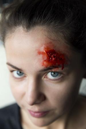 DT:s reporter fick en blodig sminkning avTindra Ferner. Se hur hon gjorde på dt.se.
