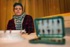 Mikael Söderberg, elev på John Bauer, driver UF-företag med inriktning på fiske. Han binder flugor och snickrar bräder till atutra med.