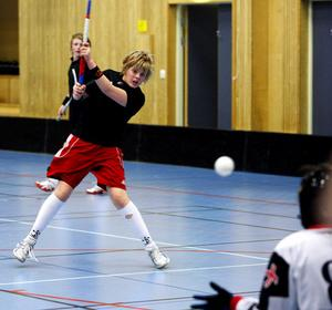 Ankarsvik P15 innebandy tränar i Höglundahallen. Fredrik Nyström skjuter.