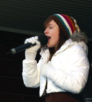 Ovanlig scenklädsel. Unga stjärnskottet Amy Diamond uppträdde i en annorlunda scenklädsel för påskpubliken, rejält påpälsad.