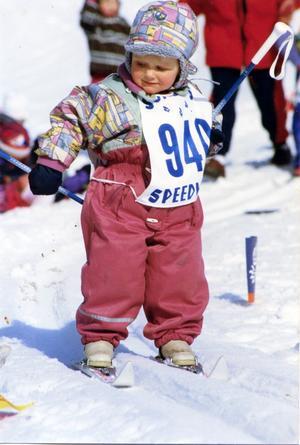 Stina Nilsson, Malung, 1995, 2,5 år i sin första skidtävling Hobacksloppet. Foto: privat