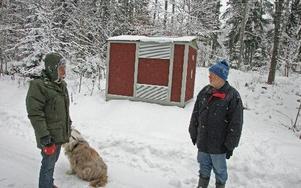 Åke Nyke och Thomas Nilsson har bägge två fått träd och buskar kapade på sina tomter och tycker att röjningen har skötts vårdslöst. FOTO: PETTER JERDÉN