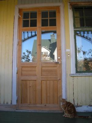 Ny dörr i gammalt hus. Exempel på nytillverkad dörr som harmoniserar med åldern på huset.