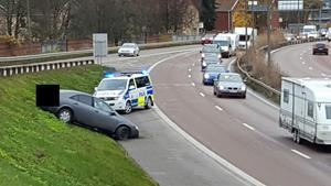 Bilisten förlorade kontrollen över sitt fordon av någon anledning och hamnade långt upp på slänten mot avfarten.