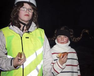 Alexandra Dölfors och Olivia Melin tyckte att skidåkning i maskeradkostym var en bra inledning på sportlovet.