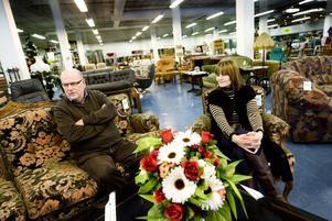 """Varierande priser. Soffan till vänster tillhör de dyraste prylarna i butiken. 1 200 kronor står det på prislappen. """"Vi får testa oss fram lite. Vi vill naturligtvis ha in pengar för att kunna hjälpa behövande människor, men samtidigt måste folk ha råd att handla av oss"""", säger föreståndaren Åsa Andersson."""