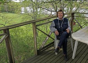 Uppe bland träden finner Ingalill Härlin och hennes make svalka heta dagar. Utsikten över sjön är magnifik.