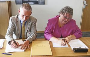 Torbjörn Tärnhuvud och Elisabet Lassen skriver under kraftverksaffären.