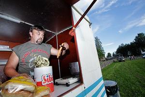 Affe Björklund säljer korv med bröd. Förra året gick det cirka 3000 korvar under förstämman.