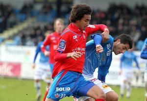 Samuel Aziz i kamp om bollen med Trelleborgs Yousef Fakhro under en allsvensk match 2010.