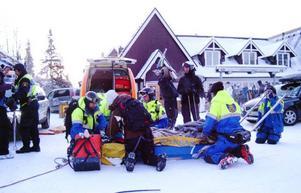 Den skadade mannen togs ner till Fjällgårdsplatån. Där väntade läkare och ambulanspersonal.                    Härifrån fördes mannen sedan till sjukhus för vård. Bland annat hade han fått axeln ur led.