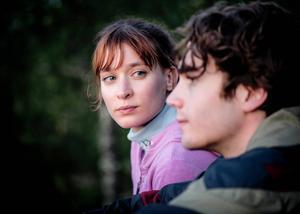 Josefin Asplund som Rebecka och Vincent Grahl som Gustaf i filmatiseringen av