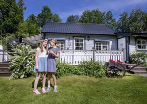 Isabell och Cecilia trivs på Vinön.