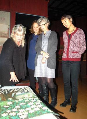 Anna Hådells vitsippsbacke håller mästarklass. Men till den jurybedömda delen av Jamtlis textila vårsalong är även glada amatörer välkomna att skicka in sina bidrag, försäkrar Ingela Fredell, hemslöjdskonsulent, Torgärd Notelid, Jamtli, Eva Staffansson, konstföreningen och Maria Ahlström, Jamtli.