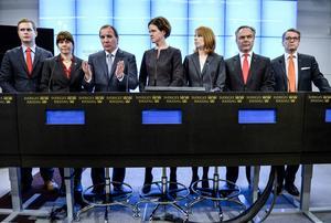 Partiledarna för regeringspartierna och alliansen presenterar decemberöverenskommelsen.