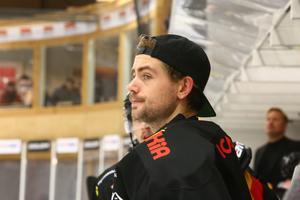 Karl Malmquist, här i Brunflotröjan, är klar för spel i Ånge.