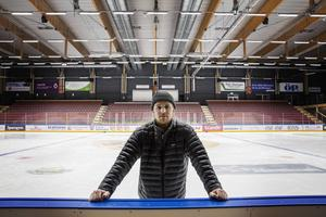 Tobias Falk är lagkapten i Östersunds IK som i helgen möter SK Lejon och Piteå HC hemma i Östersund Arena. Matcherna börjar 16.00 både lördag och söndag.
