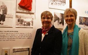 Mora Nisses döttrar Marianne Karlsson Eriksson och Karin Green hittar många bilder som de inte sett förut på museet.