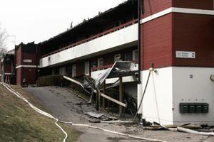 Under måndagen var det lugnt vid det svårt brandskadade hyreshuset i Edsbyn. Klockan åtta på morgonen avslutade räddningstjänsten sin bevakning. Senare på dagen kom två kriminaltekniker från Gävle för att undersöka den lägenhet där branden startade.