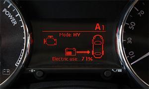 Information om bilens drivsystem ges även i displayen mellan huvudinstrumenten.