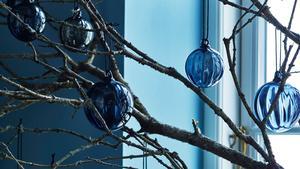Julen förknippar vi med rött, men som omväxling kan det vara fint att klä den i blått.