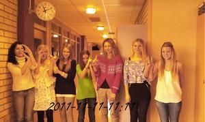 Glada tjejer från Samhällsprogrammet firar 2011-11-11-11:11 vid en klocka i slottegymnasiet.Vi befinner oss på Slottegymnasiet. Från vänster: Marika Eriksson, Maja Torrång, Ebba Juhlén, Tilda Mickelsson, Märta, Linnea Jansson, Towa Ferm.