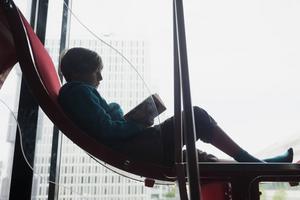 Ungdomar med psykiska besvär ska kunna få en bok ordinerad på recept av brittiska läkare