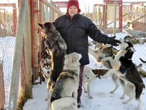 Hundarna blir spralliga när Claudia Beerta dyker upp inför dagens träningspass.