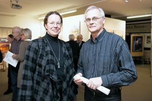 Elisabeth Eriksson och Leif Nordlöf fick rycka in och berätta om utställningen. Bengt och Gunilla Ellis var världsresenärer och här finns målningar från hela världen och spännande textilier i olika tekniker, sade de.