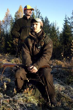 På älgpass sedan tvåårsåldern. I år är John, 15 år, med på jakten med egen bössa. Under uppsikt av pappa Jan.