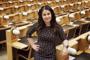 Elin Nilsson säger att många ungdomar är samhällsengagerade och inte minst i olika sakfrågor. Nu hoppas hon att fler ska välja partipolitiken och framförallt att de ska bli insläppta av partierna. Efter valet vill hon ha 25 procent ungdomar i fullmäktigesalen.