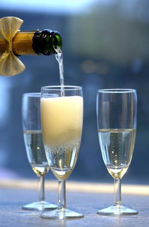 Allt vin som bubblar är inte champagne men andra mousserande viner kan vara minst lika bra och benämns efter vilket land de framställts i, som spansk cava och italiensk prosecco.