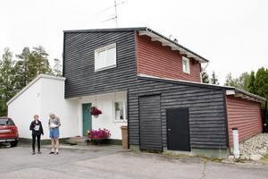Det finns 18 hus i Skogsbyn som är ritade av den kända arkitekten Ralph Erskine.