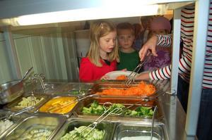 Ett färgrikt salladsbord är det första som möter eleverna i matsalen.