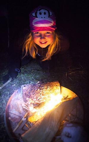 Nova Olofsson väntade ivrigt på att få tända elden, för att sedan sitta och mysa i lågornas sken.