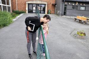 Monica Niemi är populär bland barnen. Här är det Meya som springer fram för en spontan kram på skolgården.