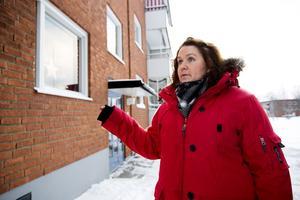 Helena Thorin, 30, och hennes familj trakasseras av elever från den närliggande Murbergsskolan. En gång slängde någon in en smällare i familjens vardagsrum.