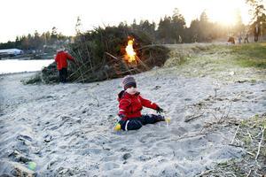 Jacob Helling, tre år, lekte i sanden medan Börje Wallén satte fyr på bålet.