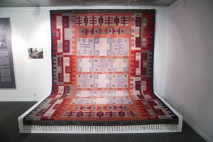 Den här mattan köptes av ett par i Falun i mitten av 1950-talet och har gått i arv och använts sedan dess. Den är cirka 12 kvadratmeter och uppskattas ha tagit två-tre månader för två personer att väva.
