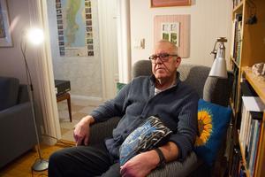 Thomas Engström har gjort en stor del av sina broderier framför tv:n i hemmet, med ögonen inriktade på nål och tråd och öronen koncentrerade på tv-programmet.
