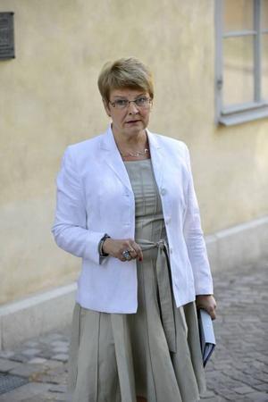 GÖR INGET. Maud Olofsson och hennes regering ställer sig vid sidan och låter marknaden sköta affärerna; Volvo och Saab får klara sig bäst de kan.