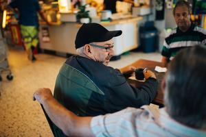 Roger Larsson är sjukpensionär och har mycket tid om dagarna. Då passar det bra att komma hit och börja dagen med en kopp kaffe.