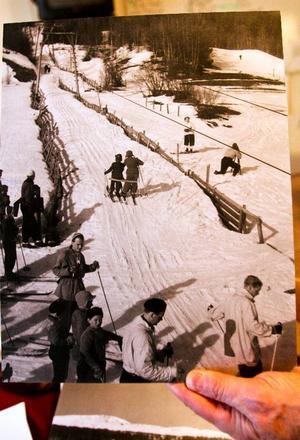 Skidåkare i Lundgårsliften 1940. Liften var i bruk i många år tills den monterades ned och såldes till Högdalens liftanläggning.
