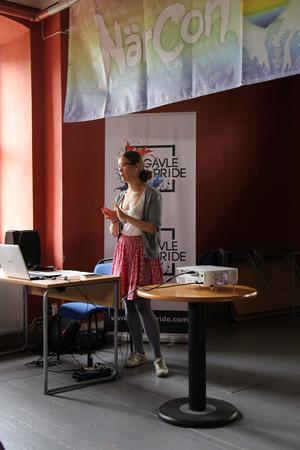 Frida Holmberg föreläser om representation inom popkulturen under Gävle Pride 2016
