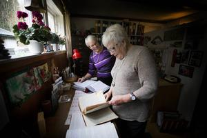 Solweig Eliasson och Vanja Nilsson bläddrar i de gamla dagböckerna.