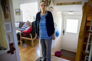 Gun Nylander, 84 år, är förtvivlad för att inte hennes handikappade man Yngve, 86 år, inte kommer ut i friska luften.
